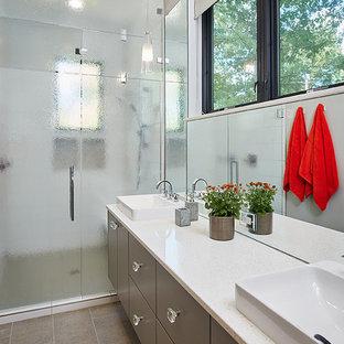 Ispirazione per una grande stanza da bagno padronale contemporanea con ante lisce, ante in legno bruno, piastrelle a specchio, pareti bianche, pavimento marrone e top bianco