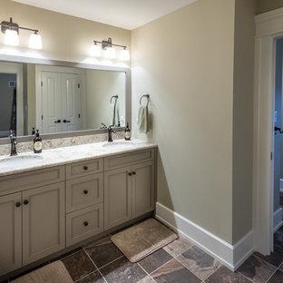 Ejemplo de cuarto de baño infantil, rústico, de tamaño medio, con armarios con paneles empotrados, puertas de armario marrones, paredes marrones, lavabo bajoencimera, encimera de granito, suelo multicolor y encimeras grises