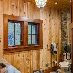 Immagine di una stanza da bagno rustica con lavabo sottopiano, doccia ad angolo e WC a due pezzi