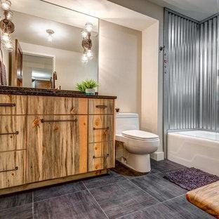 Новый формат декора квартиры: ванная комната среднего размера в стиле рустика с плоскими фасадами, фасадами цвета дерева среднего тона, ванной в нише, душем над ванной, унитазом-моноблоком, серой плиткой, металлической плиткой, бежевыми стенами, полом из керамогранита, врезной раковиной и столешницей из гранита