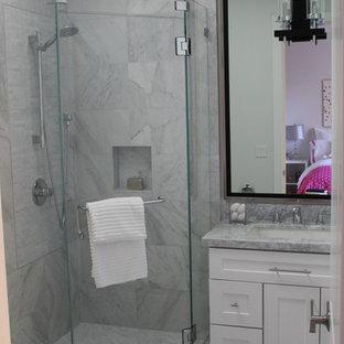 Esempio di una stanza da bagno per bambini classica di medie dimensioni con ante in stile shaker, ante bianche, vasca giapponese, doccia doppia, WC a due pezzi, piastrelle grigie, piastrelle diamantate, pareti grigie, pavimento in marmo, lavabo sottopiano, top in quarzite e porta doccia a battente