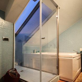 Esempio di una stanza da bagno padronale contemporanea con lavabo sospeso, ante blu, doccia aperta, WC a due pezzi, piastrelle blu, piastrelle a mosaico, pareti blu, pavimento in legno massello medio e vasca da incasso