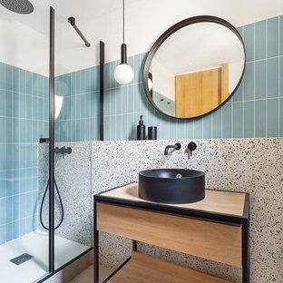 Foto de cuarto de baño contemporáneo con armarios abiertos, puertas de armario de madera clara, ducha empotrada, baldosas y/o azulejos azules, paredes blancas, lavabo sobreencimera, encimera de madera, suelo gris y ducha con puerta con bisagras