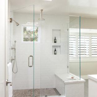 Idee per una grande stanza da bagno padronale classica con ante in stile shaker, ante bianche, piastrelle bianche, top in quarzite, top bianco, doccia ad angolo, pareti beige, pavimento in compensato, lavabo sottopiano, pavimento grigio e porta doccia a battente