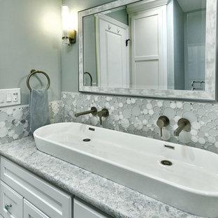 Стильный дизайн: детская ванная комната среднего размера в современном стиле с фасадами с утопленной филенкой, белыми фасадами, душем в нише, унитазом-моноблоком, керамической плиткой, синими стенами, полом из керамогранита, настольной раковиной, столешницей из искусственного кварца, белым полом, душем с распашными дверями и бирюзовой столешницей - последний тренд