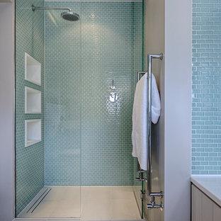 Modernes Badezimmer mit Duschnische, blauen Fliesen, Glasfliesen und grauer Wandfarbe in London