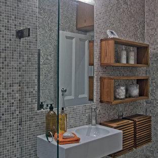 Foto di una piccola stanza da bagno con doccia minimalista con lavabo a bacinella, nessun'anta, ante in legno bruno, top in legno, doccia aperta, WC sospeso, piastrelle grigie, piastrelle a mosaico, pareti grigie e pavimento con piastrelle a mosaico