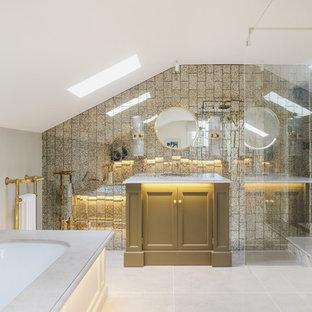 Ispirazione per una stanza da bagno padronale moderna di medie dimensioni con consolle stile comò, vasca sottopiano, doccia a filo pavimento, piastrelle in metallo, pareti grigie, pavimento beige e top bianco