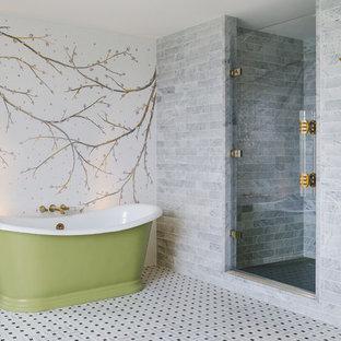 Modelo de cuarto de baño principal, asiático, de tamaño medio, con bañera exenta, ducha empotrada, baldosas y/o azulejos grises, paredes multicolor, suelo multicolor y ducha con puerta con bisagras