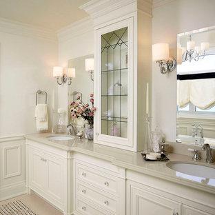 Ispirazione per una stanza da bagno padronale tradizionale di medie dimensioni con piastrelle a mosaico, ante con riquadro incassato, ante bianche, pareti bianche, pavimento con piastrelle in ceramica, lavabo sottopiano, top in quarzo composito e top beige