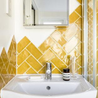 Esempio di una piccola stanza da bagno padronale minimal con nessun'anta, ante in legno chiaro, doccia ad angolo, WC sospeso, piastrelle gialle, piastrelle in ceramica, pareti bianche, pavimento in cemento e lavabo sospeso