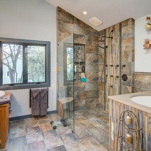 Foto di una grande stanza da bagno padronale chic con ante a filo, ante in legno chiaro, vasca giapponese, doccia aperta e pareti bianche