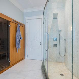 Modelo de cuarto de baño principal, grande, con armarios con rebordes decorativos, puertas de armario blancas, bañera encastrada, ducha esquinera, baldosas y/o azulejos blancos, baldosas y/o azulejos de porcelana, paredes grises, suelo de baldosas de porcelana, lavabo bajoencimera, encimera de granito, suelo amarillo, ducha con puerta con bisagras y encimeras grises