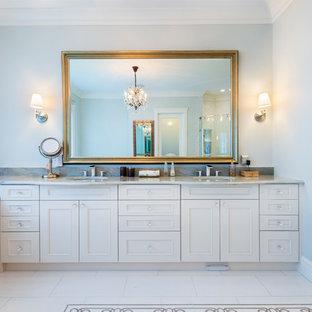 Foto de cuarto de baño principal, grande, con armarios con rebordes decorativos, puertas de armario blancas, bañera encastrada, ducha esquinera, baldosas y/o azulejos blancos, baldosas y/o azulejos de porcelana, paredes grises, suelo de baldosas de porcelana, lavabo bajoencimera, encimera de granito, suelo amarillo, ducha con puerta con bisagras y encimeras grises