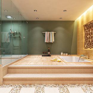 Modelo de cuarto de baño principal, minimalista, extra grande, con bañera encastrada sin remate, ducha esquinera, sanitario de una pieza, baldosas y/o azulejos beige, baldosas y/o azulejos de terracota y paredes beige