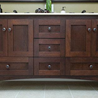Idéer för vintage badrum, med ett undermonterad handfat, skåp i shakerstil, skåp i mörkt trä, marmorbänkskiva och bruna väggar