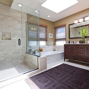 Пример оригинального дизайна: большая главная ванная комната в классическом стиле с фасадами в стиле шейкер, темными деревянными фасадами, ванной в нише, угловым душем, бежевой плиткой, врезной раковиной, коричневыми стенами и керамогранитной плиткой