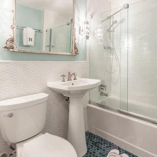 Idee per una piccola stanza da bagno padronale chic con ante lisce, ante blu, vasca da incasso, vasca/doccia, WC a due pezzi, piastrelle multicolore, piastrelle a mosaico, pareti bianche, pavimento con piastrelle a mosaico e lavabo a colonna