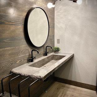他の地域の中くらいのインダストリアルスタイルのおしゃれなバスルーム (浴槽なし) (オープンシェルフ、グレーのキャビネット、グレーの壁、横長型シンク、グレーの床、グレーの洗面カウンター、洗面台1つ、フローティング洗面台、板張り壁) の写真