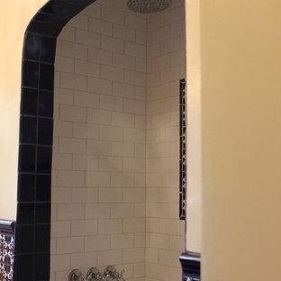 Foto di una stanza da bagno mediterranea di medie dimensioni con consolle stile comò, ante in legno scuro, vasca ad alcova, doccia alcova, WC a due pezzi, piastrelle multicolore, piastrelle in ceramica, pareti bianche, pavimento in terracotta, lavabo sottopiano e top in quarzo composito