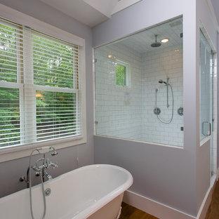 Idéer för ett mellanstort klassiskt en-suite badrum, med skåp i shakerstil, vita skåp, ett fristående badkar, våtrum, vit kakel, tunnelbanekakel, blå väggar, mellanmörkt trägolv, ett undermonterad handfat, marmorbänkskiva, beiget golv och dusch med gångjärnsdörr