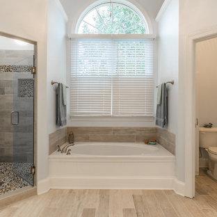 Idee per una stanza da bagno tradizionale con vasca ad alcova, doccia ad angolo, WC a due pezzi e piastrelle di ciottoli