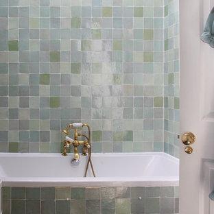 Ejemplo de cuarto de baño ecléctico con lavabo encastrado, armarios tipo mueble, puertas de armario con efecto envejecido, encimera de madera, bañera encastrada, sanitario de una pieza, baldosas y/o azulejos verdes, baldosas y/o azulejos de terracota, paredes blancas y suelo de pizarra