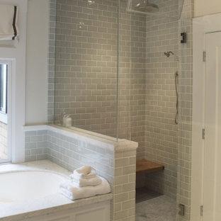 Modernes Badezimmer En Suite mit verzierten Schränken, türkisfarbenen Schränken, schwarz-weißen Fliesen, Keramikfliesen, weißer Wandfarbe, Keramikboden, Unterbauwaschbecken, Granit-Waschbecken/Waschtisch, Schiebetür-Duschabtrennung und bunter Waschtischplatte in Chicago