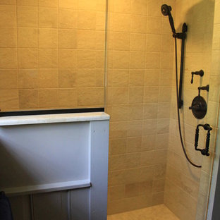 Esempio di una stanza da bagno padronale minimal di medie dimensioni con ante con riquadro incassato, ante blu, doccia ad angolo, pareti beige, pavimento in pietra calcarea, lavabo a bacinella, top in marmo e porta doccia a battente