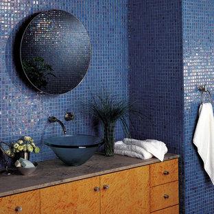 Mittelgroßes Modernes Duschbad mit Aufsatzwaschbecken, flächenbündigen Schrankfronten, orangefarbenen Schränken und blauer Wandfarbe in Omaha