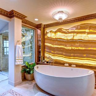 Inredning av ett exotiskt badrum, med ett fristående badkar och en dusch i en alkov