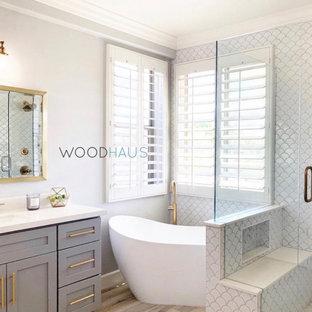 Inredning av ett modernt mellanstort vit vitt en-suite badrum, med skåp i shakerstil, turkosa skåp, ett fristående badkar, en hörndusch, en toalettstol med hel cisternkåpa, beige kakel, keramikplattor, beige väggar, ett undermonterad handfat, bänkskiva i kvartsit, beiget golv och dusch med gångjärnsdörr