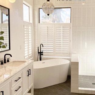 Foto de cuarto de baño principal, abovedado y panelado, actual, de tamaño medio, panelado, con armarios estilo shaker, puertas de armario turquesas, bañera exenta, ducha esquinera, sanitario de una pieza, baldosas y/o azulejos beige, baldosas y/o azulejos de cerámica, paredes beige, lavabo bajoencimera, encimera de cuarcita, suelo beige, ducha con puerta con bisagras, encimeras blancas y panelado