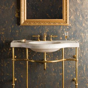 Foto de cuarto de baño principal, tradicional, de tamaño medio, con armarios abiertos, suelo de madera oscura, lavabo tipo consola, encimera de mármol, suelo marrón y encimeras amarillas