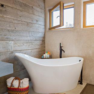 Esempio di una stanza da bagno padronale stile americano di medie dimensioni con vasca freestanding, pareti marroni, pavimento in cemento, lavabo sottopiano, top in cemento, pavimento grigio e top grigio