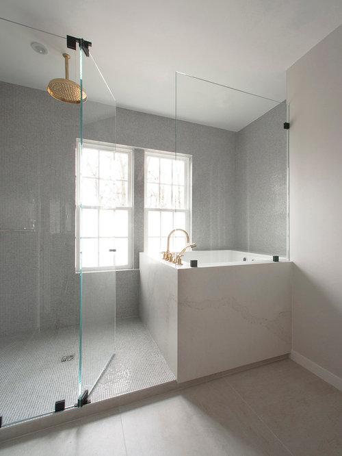 ... con vasca da incasso, zona vasca/doccia separata e pareti grigie