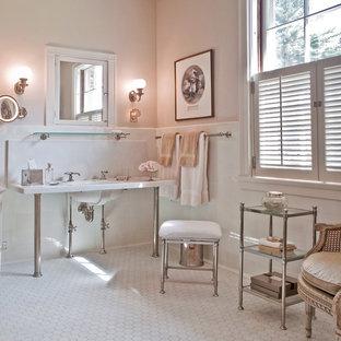Idee per una stanza da bagno chic con lavabo a consolle, top in marmo e pareti rosa