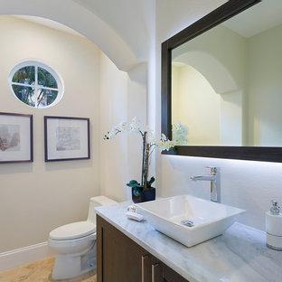 Idee per una stanza da bagno di medie dimensioni con ante in stile shaker, ante in legno bruno, WC monopezzo, pareti beige, pavimento in marmo, lavabo a bacinella, top in marmo, pavimento arancione e top multicolore