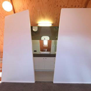 Esempio di una piccola stanza da bagno padronale moderna con lavabo a bacinella, ante lisce, ante bianche, top in quarzo composito, doccia alcova, WC sospeso, piastrelle beige, piastrelle in gres porcellanato, pareti bianche e pavimento in gres porcellanato