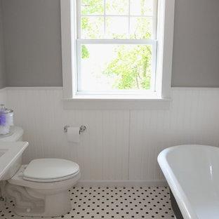 Modelo de cuarto de baño de estilo americano, pequeño, con lavabo con pedestal, bañera con patas, sanitario de dos piezas, baldosas y/o azulejos multicolor, baldosas y/o azulejos en mosaico, paredes multicolor y suelo con mosaicos de baldosas