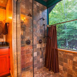 Неиссякаемый источник вдохновения для домашнего уюта: главная ванная комната среднего размера в стиле рустика с врезной раковиной, плоскими фасадами, фасадами цвета дерева среднего тона, открытым душем, белой плиткой, каменной плиткой, коричневыми стенами, полом из сланца и коричневым полом