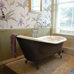 Modelo de cuarto de baño tradicional con bañera con patas, suelo de baldosas tipo guijarro, paredes multicolor y suelo de baldosas tipo guijarro