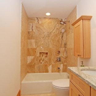 アトランタの中くらいのトラディショナルスタイルのおしゃれなバスルーム (浴槽なし) (シェーカースタイル扉のキャビネット、淡色木目調キャビネット、アルコーブ型浴槽、シャワー付き浴槽、茶色いタイル、磁器タイル、白い壁、アンダーカウンター洗面器、御影石の洗面台、シャワーカーテン、グレーの洗面カウンター) の写真