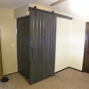 フェニックスの大きいモダンスタイルのおしゃれなマスターバスルーム (フラットパネル扉のキャビネット、紫のキャビネット、ドロップイン型浴槽、段差なし、珪岩の洗面台) の写真
