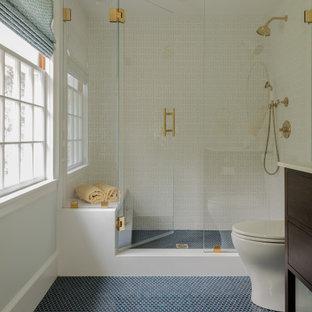 Ispirazione per una stanza da bagno contemporanea di medie dimensioni con ante in stile shaker, ante in legno bruno, piastrelle bianche, piastrelle in ceramica, pavimento con piastrelle in ceramica, lavabo sottopiano, pavimento blu, porta doccia a battente, top bianco, un lavabo e mobile bagno freestanding