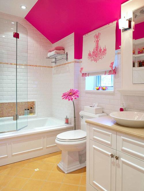 Salle de bain avec un carrelage m tro et un mur rose - Salle de bain carrelage metro ...