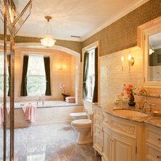 Traditional Bathroom by LU|A