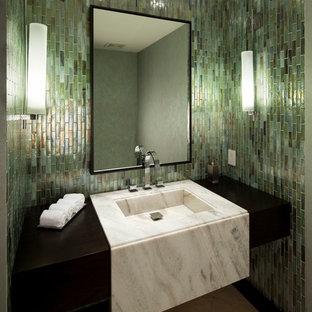 Mittelgroßes Modernes Badezimmer mit integriertem Waschbecken, grünen Fliesen, Keramikboden und beigem Boden in Miami