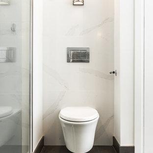 Esempio di una grande stanza da bagno padronale nordica con ante lisce, ante in legno chiaro, vasca freestanding, doccia alcova, WC sospeso, piastrelle bianche, lastra di pietra, pareti grigie, pavimento con piastrelle in ceramica, lavabo integrato, top in superficie solida, pavimento marrone, porta doccia scorrevole, top bianco, nicchia, due lavabi, mobile bagno sospeso e soffitto a volta
