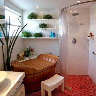 Diseño de cuarto de baño principal, asiático, con lavabo sobreencimera, bañera japonesa, ducha esquinera, baldosas y/o azulejos blancos, suelo de baldosas de cerámica y suelo rojo